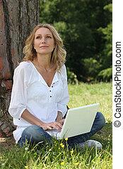 assento mulher, ligado, capim, com, um, computador