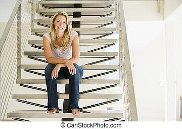 assento mulher, ligado, escadas, sorrindo