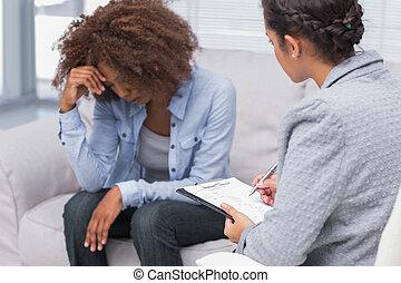 assento mulher, ligado, terapeutas, sofá, olhando baixo