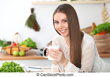 assento mulher, madeira, legumes, copo, olhando jovem, enquanto, câmera, verde, segurando, tabela, branca, feliz, cozinha