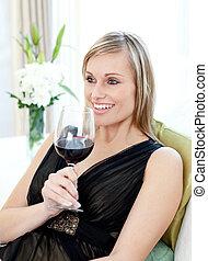 assento mulher, sofá, drining, vinho, vermelho, feliz
