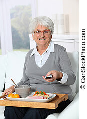 assento mulher, sofá, idoso, almoço, bandeja