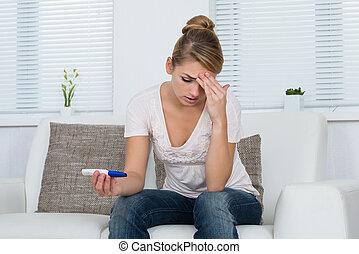 assento mulher, sofá, olhar, gravidez, enquanto, teste