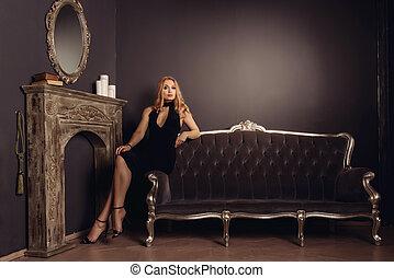 assento mulher, vestido, jovem, sofá, pretas, lareira