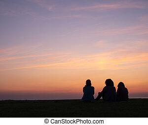 asseoir, coloré, deux, regarder, coucher soleil, enfants, femme