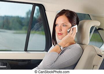 asseoir, femme affaires, cadre, appeler, voiture, siège arrière