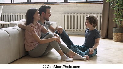 asseoir, parents, conversation, fils, plancher, heureux, ...