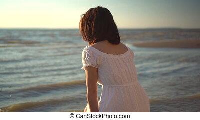 assied, regarde, elle, back., femme, plage, séduisant, jeune, blanc, sea., robe, girl