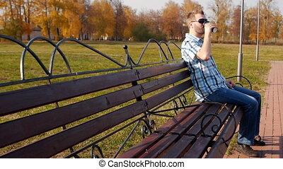 assied, slow-mo, espace, café, parc, jeune, lunettes, banc, ...