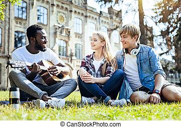 assinando, estudantes, relaxado, guitarra, seu, enquanto, tocando, amigo
