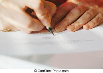 assinando, mulher, caneta de tinta permanente, contrato