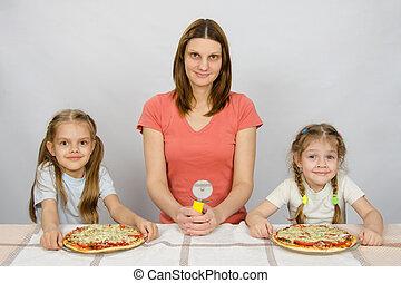 assis, deux, que, couteau, mère,  table,  pizzas, mon, filles,  pizza