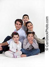 assis, parents, trois, ensemble, enfants