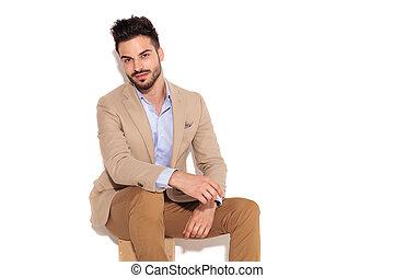 assis, sourire, jeune, homme affaires