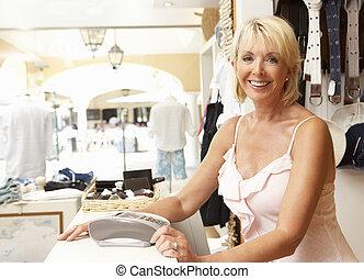 assistent, omzet, vrouwlijk, kassa, de opslag van de kleding