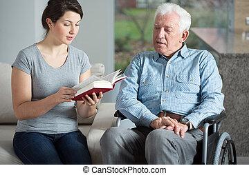 assistente, anziano, libro lettura, cura