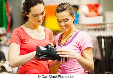 assistente loja, ajudando, cliente