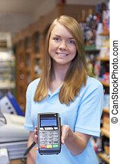 assistente, vendas, supermercado, crédito, segurando, leitor, cartão