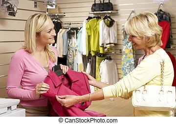 assistente vendite, con, cliente, in, deposito vestiti