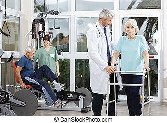 assistere, donna, lei, dottore, mentre, camminatore, usando, anziano