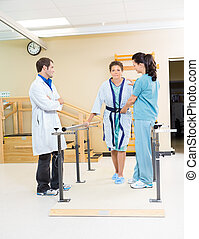 Assistere, paziente, camminare, femmina, terapeuti, fisico