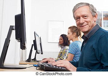 assistindo, classe computador, homem maduro