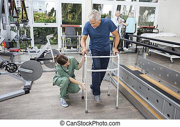 assisting, студия, женский пол, фитнес, ходок, старшая, медсестра, человек