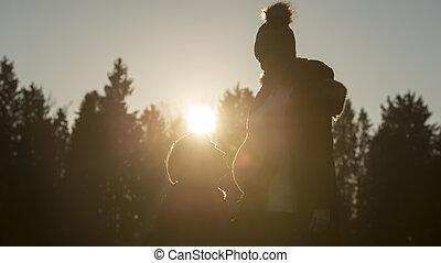 associé, homme, coucher soleil, agenouillement, pregnant