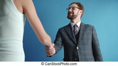 associé, homme, serrer main, barbu, femme, heureux