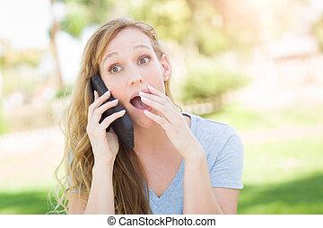 assommé, jeune femme, dehors, conversation, sur, elle, intelligent, téléphone.