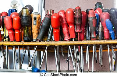 assortimento, di, attrezzi, appendere, wall., cacciaviti, in, meccanico, garage, servizio automobile