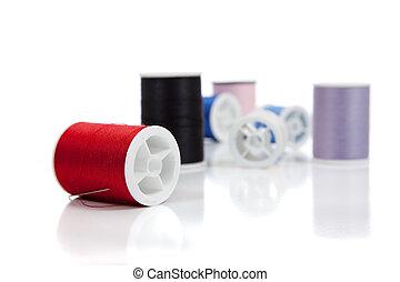 assortito, bobine, di, filo, su, uno, sfondo bianco