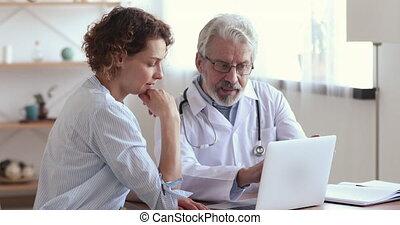 assurance, sourire, discuter, therapist., jeune, monde médical, programme, patient, vieux