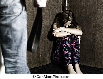 assustado, assento mulher, em, a, canto, com, um, faceless, homem, segurando, um, cinto, um, conceitual, disparar, retratando, a, processo, e, efeitos, de, violência doméstica