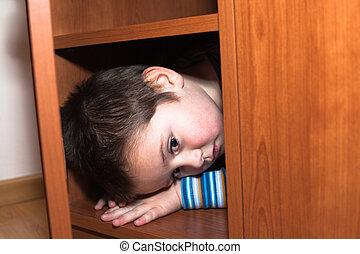 assustado, criança, escondendo