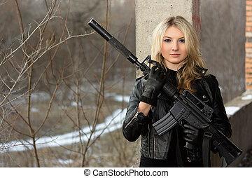 assustado, menina, rifle