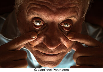 assustador, homem sênior, olhos