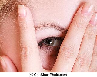 asustado, tímido, dedos, echar una ojeada, mujer, por, primer plano