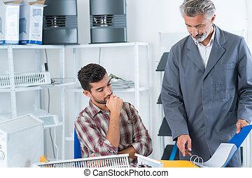asystenci, kontrola, biznesmen, jego, praca