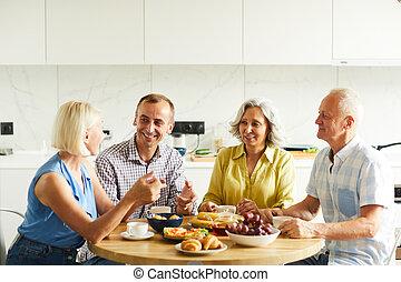 asztal, összegyűjtött, barátok, érett, konyha