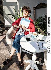 asztal, nő, boldog, ülés, fiatal, jegyzetfüzet, csendes, karosszék