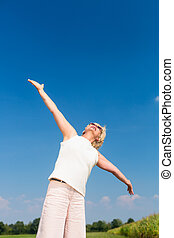 ataque, mujer mayor, mirar hacia arriba hacerlo/serlo, el, cielo, mientras, el gozar, retiro