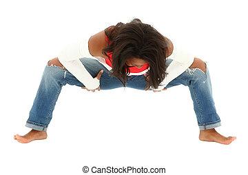 ataque, mujer negra, en, pantalones vaqueros rasgados, bailando, salto cadera, descalzo, en, white., recorte, path.