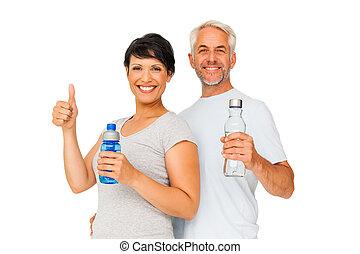ataque, pareja, con, botellas del agua, el gesticular, pulgares arriba