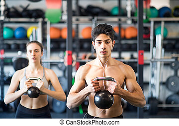 ataque, pareja, kettlebell., ejercitar, joven, gimnasio