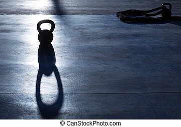 ataque, peso, cruz, kettlebell, sombra, iluminar desde el ...