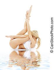 ataque, rubio, en, blanco, ropa interior, practicar, yoga, en, arena