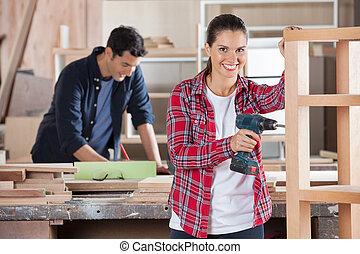 atelier, charpentier, bois, forage, femme, heureux