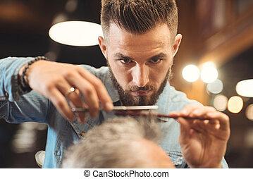 atento, joven, peluquero, trabajando, en, el, barbería