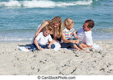 atento, pais, com, seu, crianças, sentando, areia